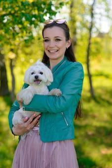 Mujer joven, con, ella, perro