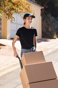 Mujer joven entregando un pedido