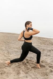 Mujer joven en entrenamiento de ropa deportiva