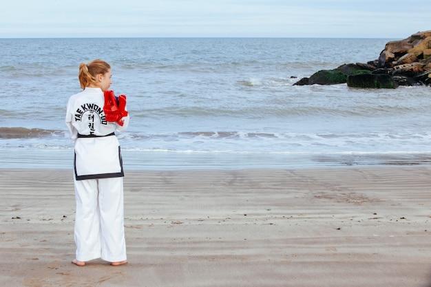 Mujer joven, entrenamiento, taekwondo
