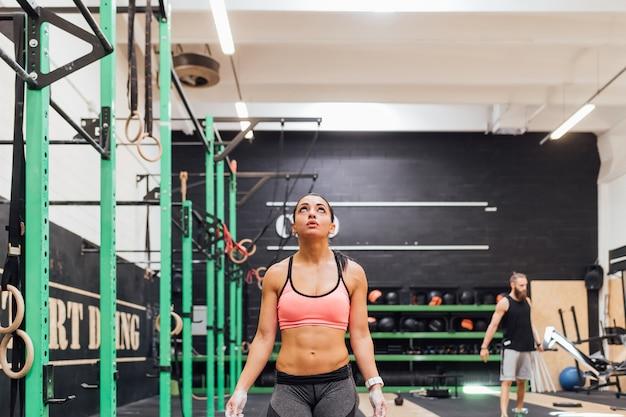 Mujer joven entrenando