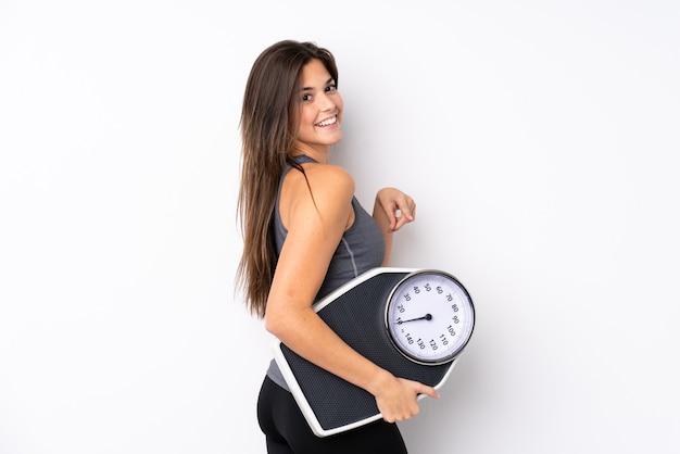 Mujer joven con una escala