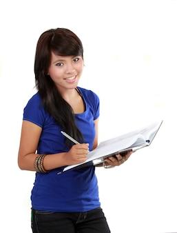 Una mujer joven escribiendo en un cuaderno