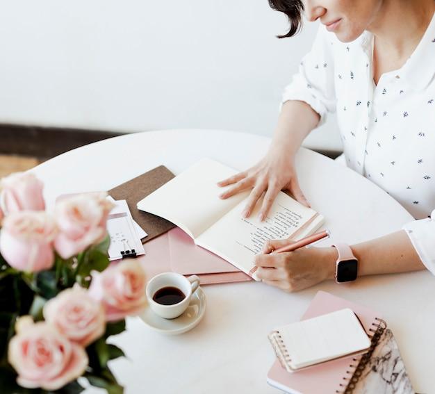 Mujer joven escribiendo un diario