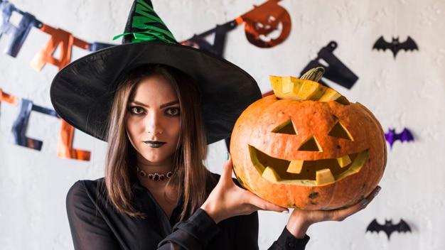 Mujer joven espeluznante celebrando halloween