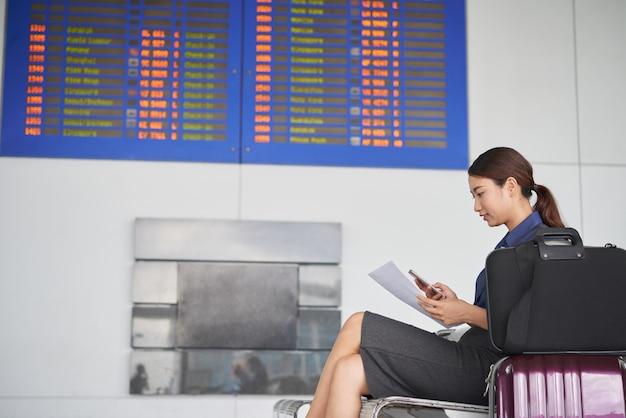 Mujer joven esperando en el aeropuerto