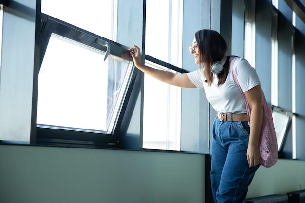 Mujer joven esperando la salida en el aeropuerto