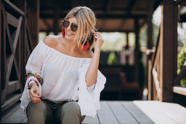 Mujer joven con estilo en camisa bwhite