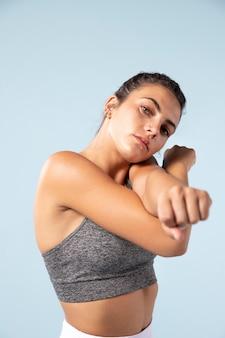 Mujer joven, estiramiento, antes, entrenamiento