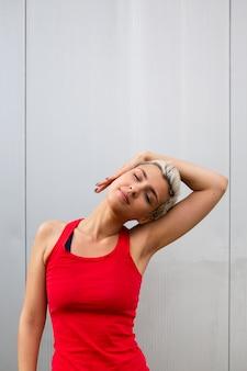 Mujer joven, estirar, exterior