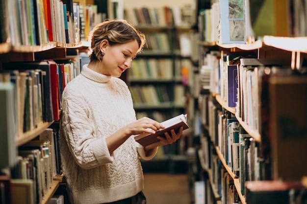 Mujer joven estudiando en la biblioteca