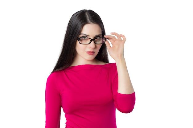 Mujer joven estudiante inteligente en camisa roja tocando vasos con una mano pensando en una nueva idea sobre fondo blanco, idea de concepto de mujer de conocimiento