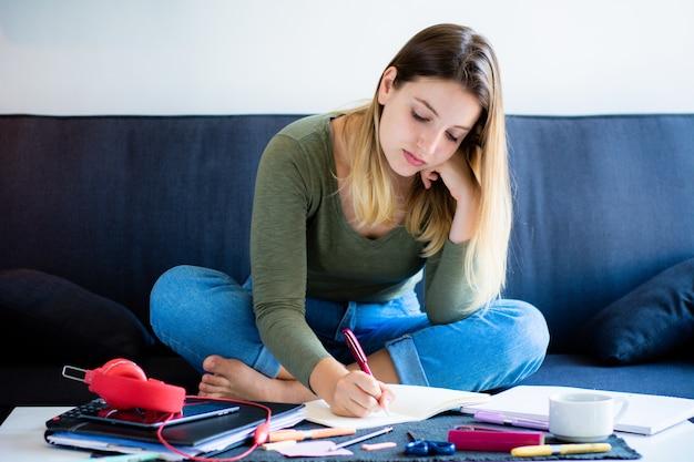 Mujer joven, estudiar, en, el, sofá