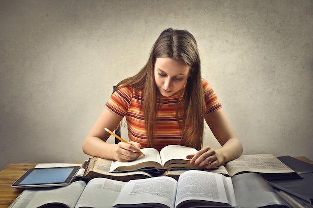 Mujer joven, estudiar