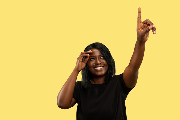 Mujer joven en estudio amarillo