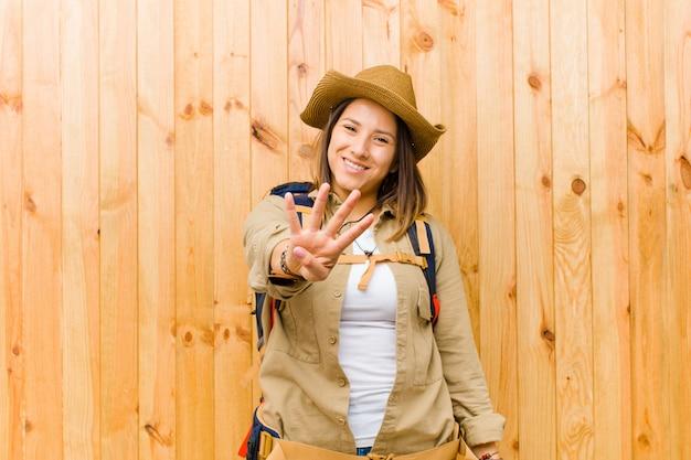 Mujer joven explorador latino contra el fondo de la pared de madera