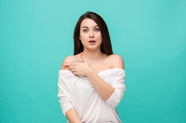 Mujer joven con expresión facial sorprendida