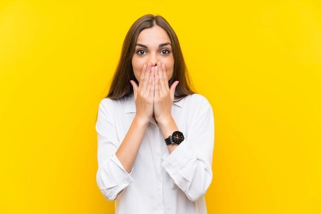 Mujer joven con expresión facial sorpresa