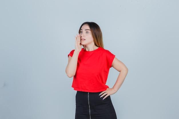 Mujer joven expresiva posando en el estudio Foto gratis