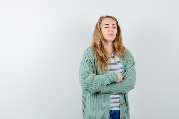 Mujer joven expresiva posando en el estudio