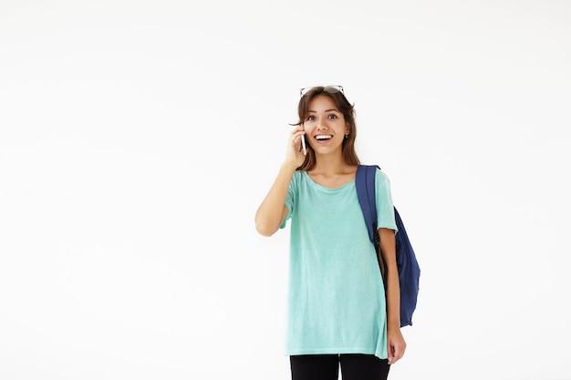 Mujer joven expresiva posando