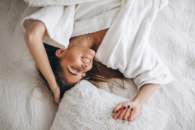 Mujer joven, extensión, en cama