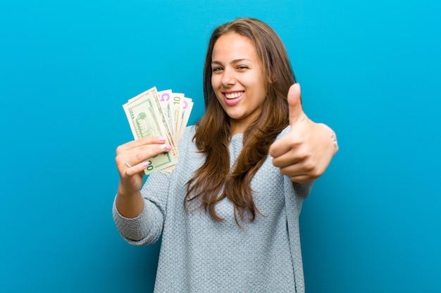 Mujer joven con facturas sobre fondo azul