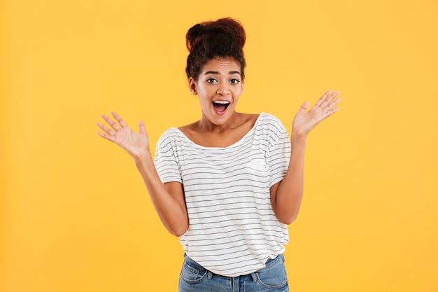Mujer joven feliz con la boca abierta sonriendo