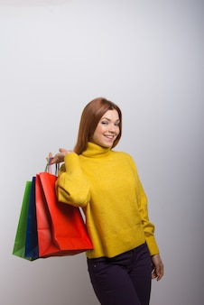 Mujer joven feliz con bolsas de compras