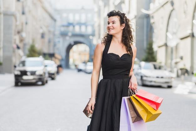 Mujer joven feliz con coloridos bolsos de compras