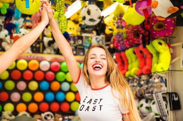 Mujer joven feliz dando alta cinco a su amiga
