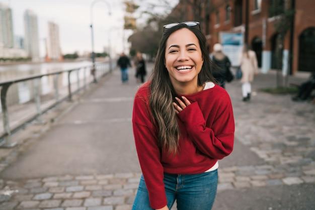 Mujer joven feliz y emocionada.