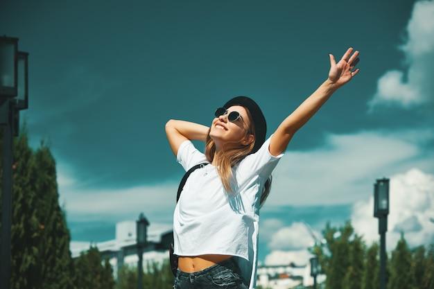Mujer joven feliz que disfruta de vacaciones
