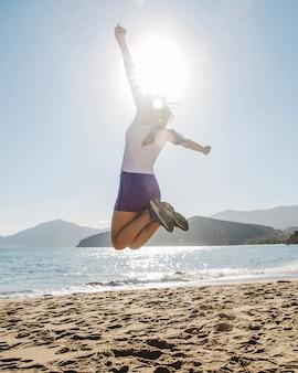 Mujer joven y feliz saltando