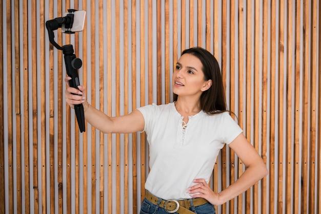 Mujer joven filmando un video