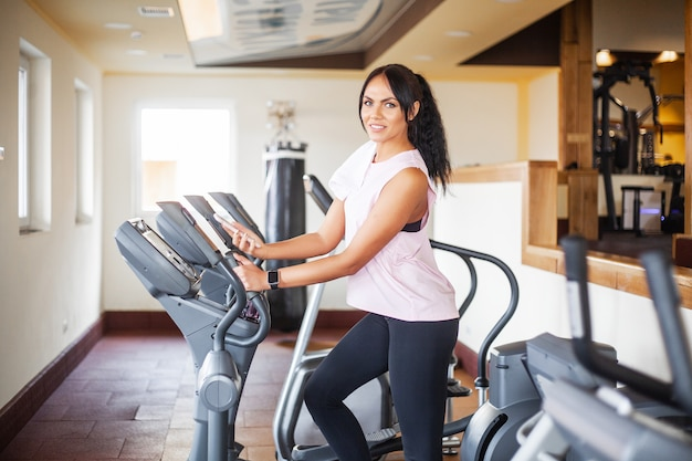 Mujer joven fitness ejercicio en el gimnasio