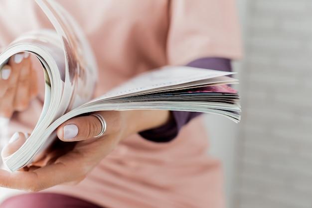 Mujer joven con un folleto con páginas en blanco