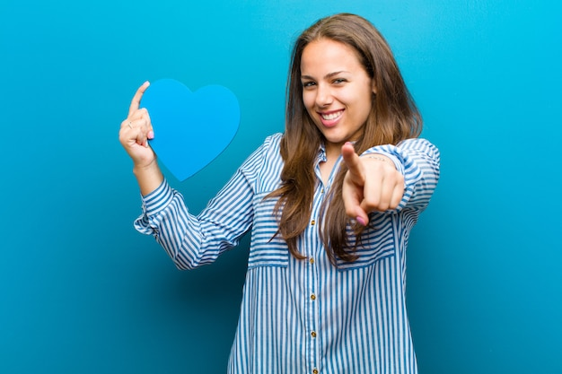 Mujer joven con forma de corazón en azul