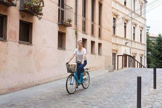 Mujer joven con una forma ecológica de transporte
