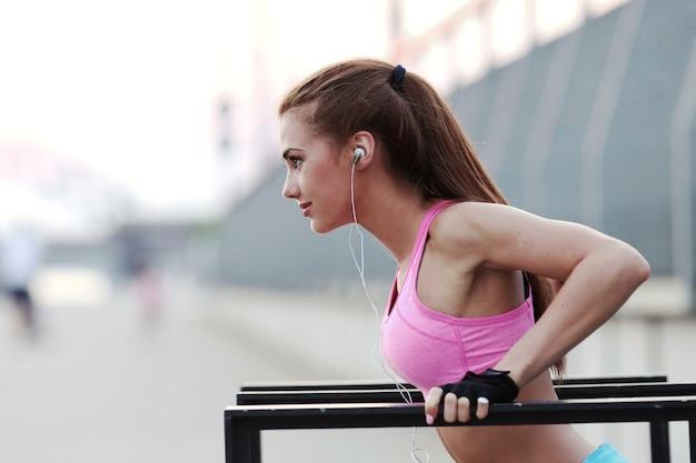 Mujer joven, formación, aire libre
