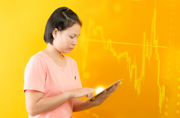 Mujer joven con fórmulas matemáticas y cálculos en fondo amarillo. idea brillante, forma de pensar, descubrimiento y concepto de desafío.