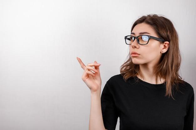 Mujer joven frotando sus ojos aislados en blanco