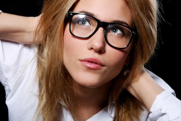 Mujer joven en gafas nerd