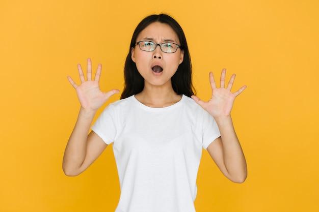 Mujer joven con gafas se sorprendió