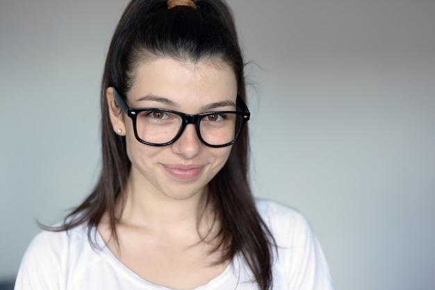 Mujer joven con gafas