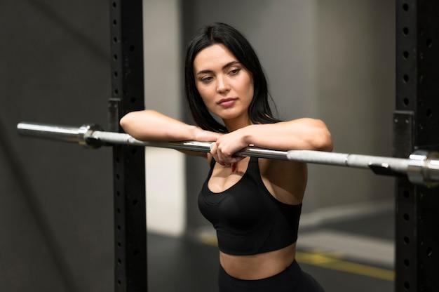 Mujer joven, en, gimnasio