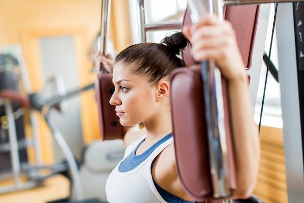 Mujer joven en el gimnasio