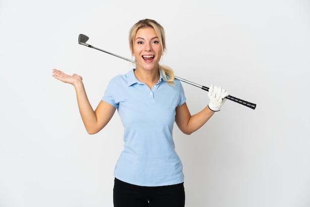 Mujer joven golfista rusa aislada sobre fondo blanco con expresión facial sorprendida