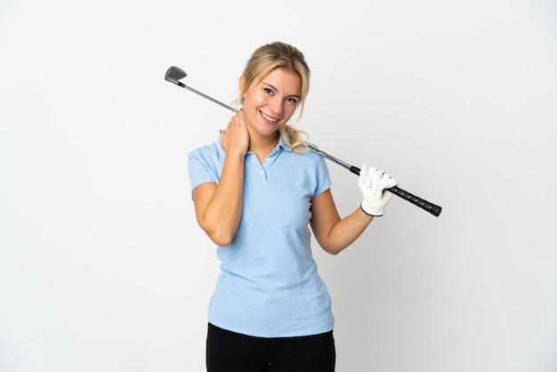 Mujer joven golfista rusa aislada sobre fondo blanco riendo