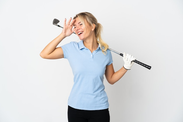 Mujer joven golfista rusa aislada sobre fondo blanco sonriendo mucho
